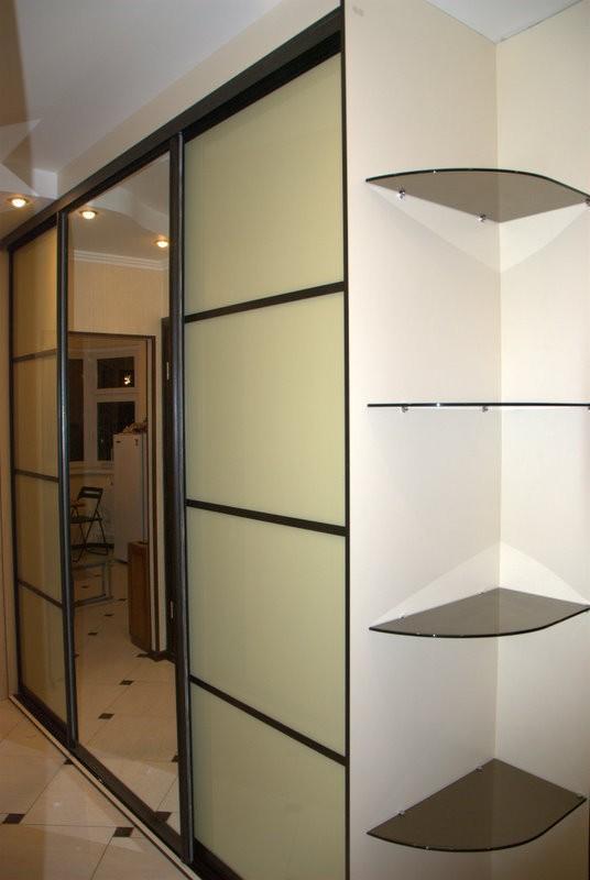 Встроенный шкаф в прихожую, двери системы командор.